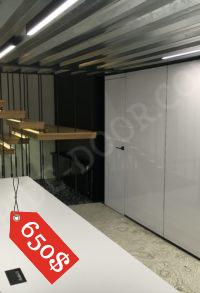 Двери без наличников PRIDE с облицовкой HPL под надписи в сочетании со стеновыми панелями