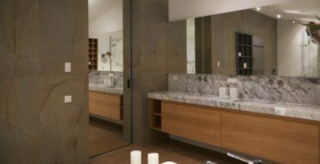 Скрытая дверь с зеркалом в ванную комнату