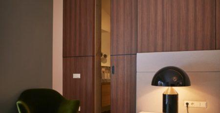 Шпонированная скрытая дверь в комнату