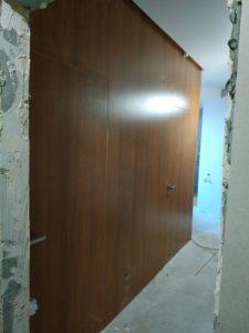 Двери скрытого монтажа Прайд и стенные панели ДСП вход в санузлы