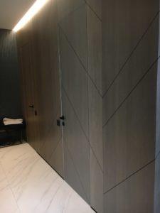 Стеновые панели и двери без наличников серый шпон прихожая