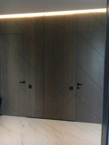 скрытые двери и стеновые панели с диагональной расшивкой шпон серый дуб